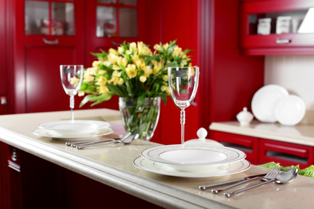 home-decor-place-setting-and-flowers